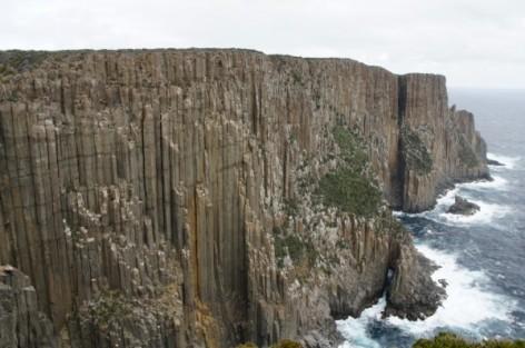 Cape Raoul - har en vandringsled som går längs en klippa - med utsikt över det tasmanska havet.
